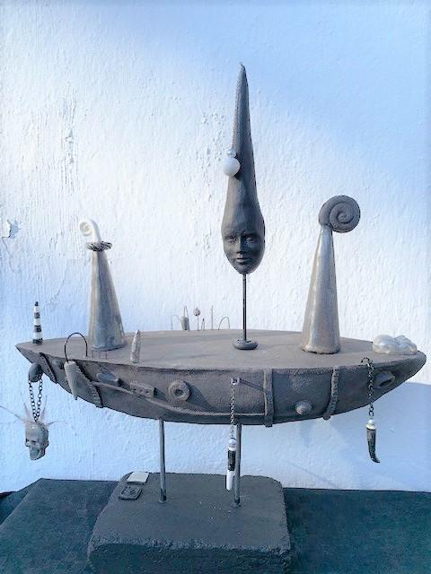 Båt i svart stengods